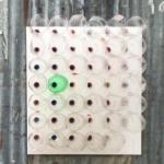 Visão externa de um 'Ar Condicionado sustentável' (Eco-Cooler) instalado em uma janela