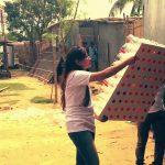 """Voluntários da """"Grey Group"""" auxiliando na distribuição de Eco-Coolers em regiões carentes de Bangladesh"""